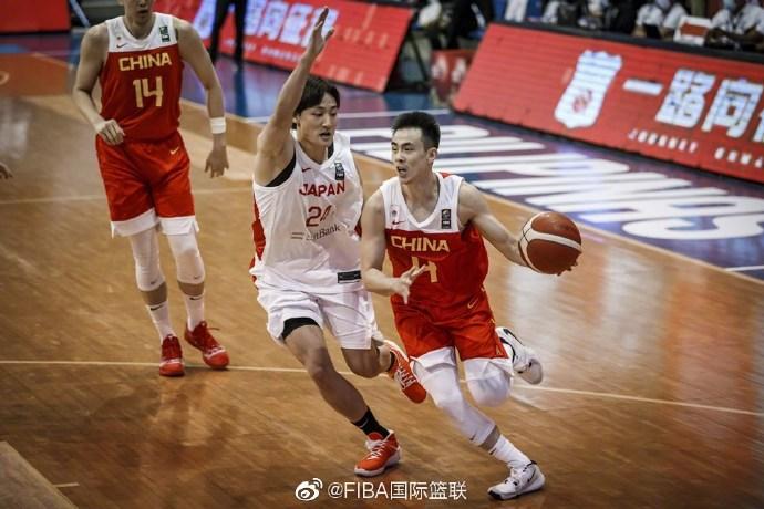 赵继伟在比赛中突破。