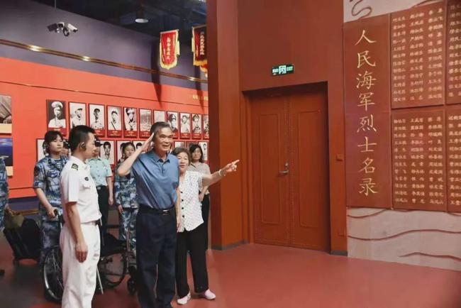 76岁老英雄到博物馆参观 展品是从他头里取出的