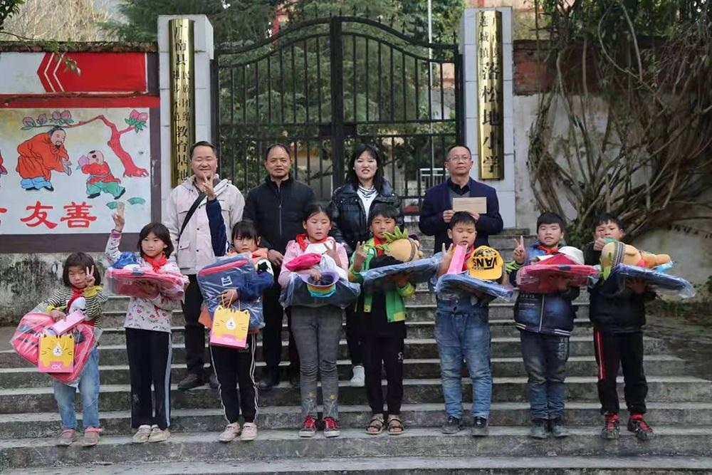 农加贵(第二排左二)和学生们在落松地小学前的合影