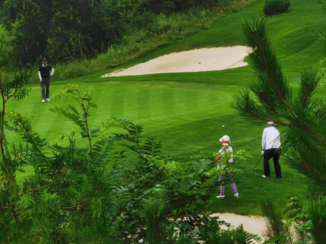 温泉小镇内的高尔夫球场仍在对外营业。高中华/摄