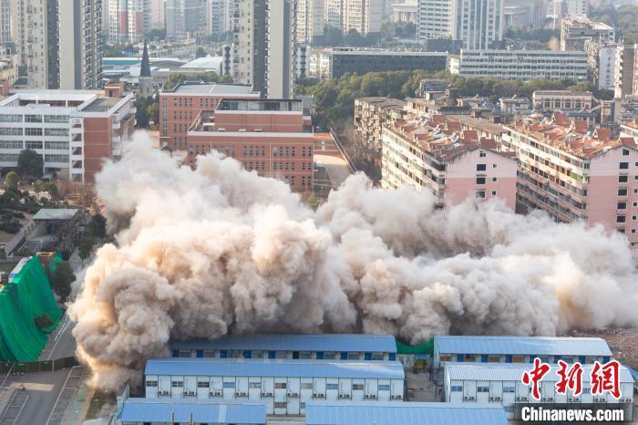 图为南昌市公安局刑侦支队原办公大楼爆破拆除瞬间。 刘力鑫 摄