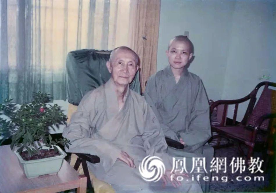 1983年,昭慧法师与恩师印顺导师的第一张合照(图片来源:凤凰网佛教)