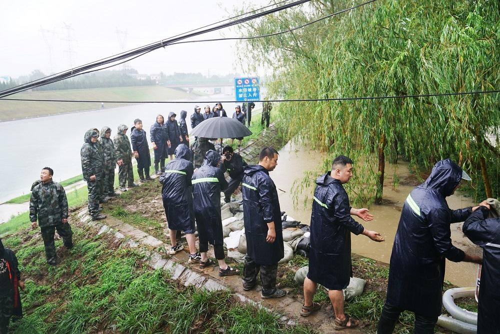 7月20日,南水北调郑州管城区境内的抢险人员对干渠堤坝进行加固,防止雨水灌入南水北调主干渠,确保水质安全 东方IC图