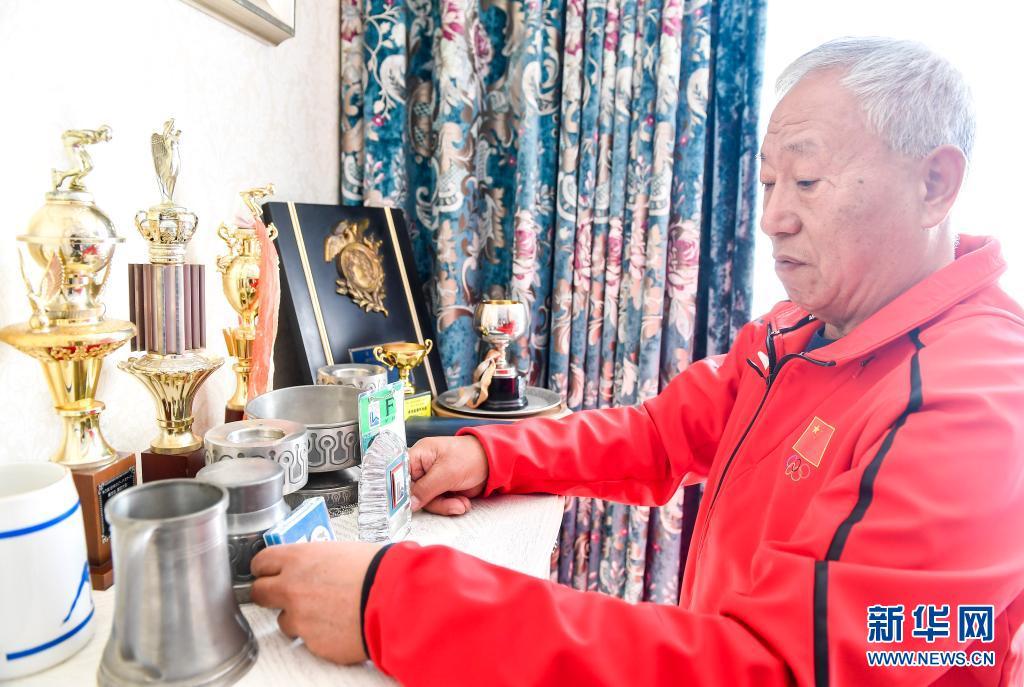 赵伟昌在家中整理他获得的各类国内、国际赛事的奖杯、奖牌(3月30日摄)。新华社记者 许畅 摄
