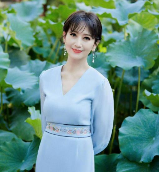 知名女星赵雅芝在个人社交平台晒出一组照片,引起网友的关注