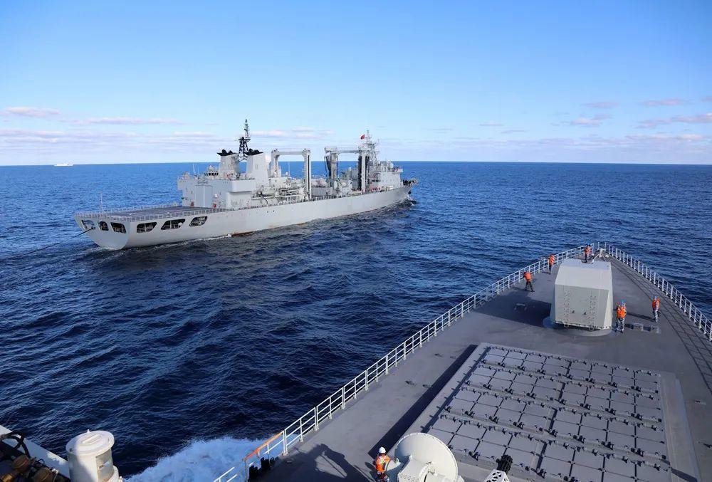 """参加中俄""""海上联合-2021""""演习的中国海军南昌舰在日本海准备接受东平湖舰补给。"""