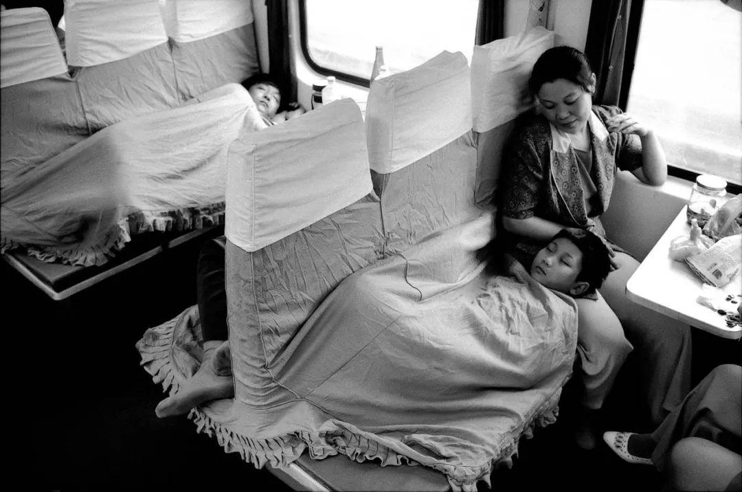 40年前的春运火车 有人围桌打麻将,有人当场生孩子 最新热点 第25张