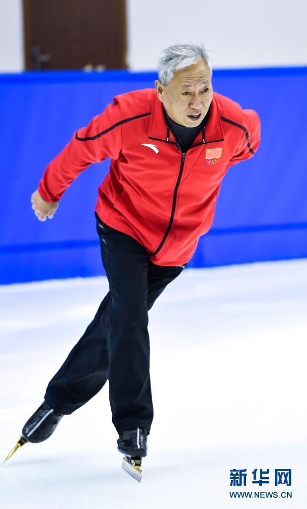 赵伟昌在长春市滑冰馆内滑行(3月30日摄)。新华社记者 许畅 摄