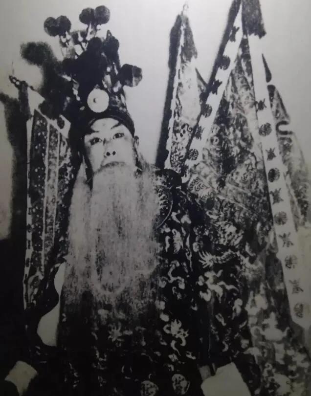 上图_ 1952年,《阳平关》在燕京大学贝公楼上演,张伯驹饰黄忠
