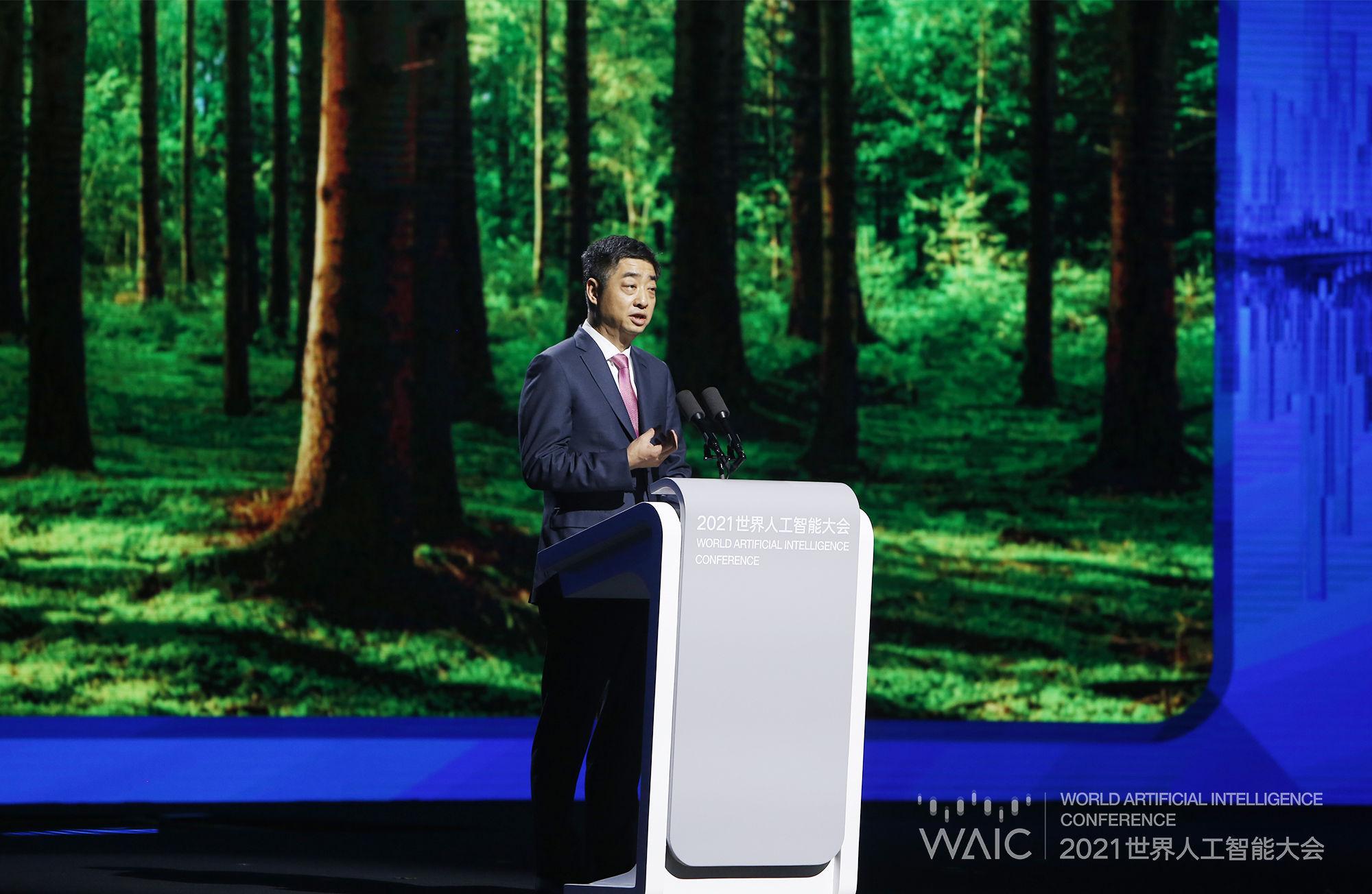 """华为轮值董事长胡厚崑:人工智能正处于从""""有形""""到""""无形""""的关键时间点"""