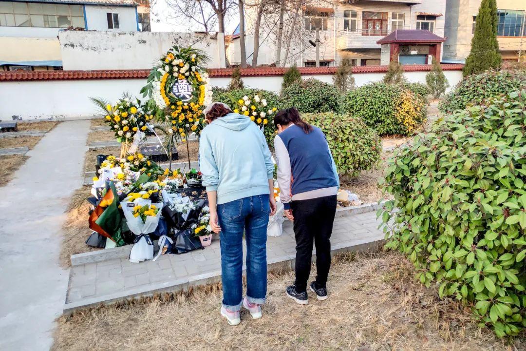 2021年2月21日,市民自发来到河南省新乡市延津县烈士陵园,向在与越线挑衅外军斗争中壮烈牺牲的卫国戍边英雄、一等功臣肖思远的坟墓献花,缅怀烈士。