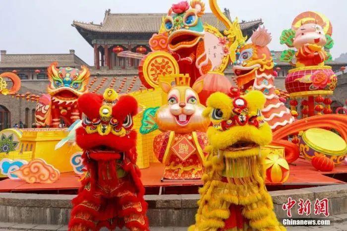 图为春节期间,游客在长城脚下体验节庆民俗。中新社发 孙靖 摄