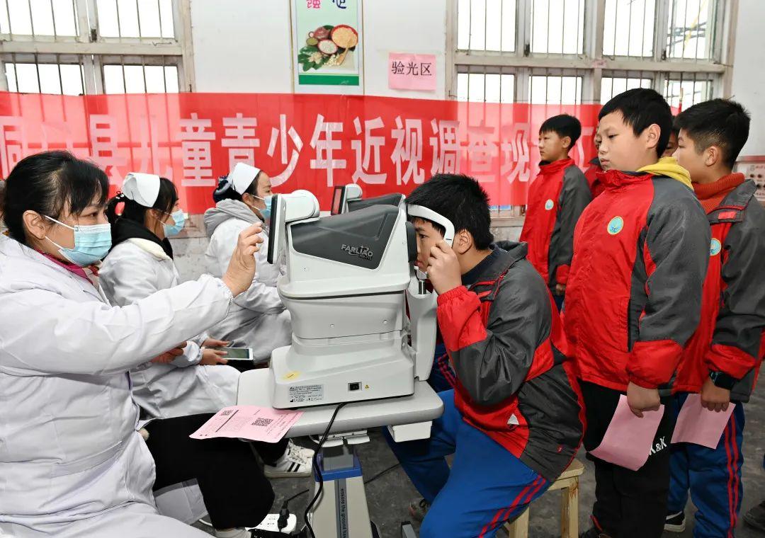 眼科医生为学生进行眼病筛查 图源:IC photo