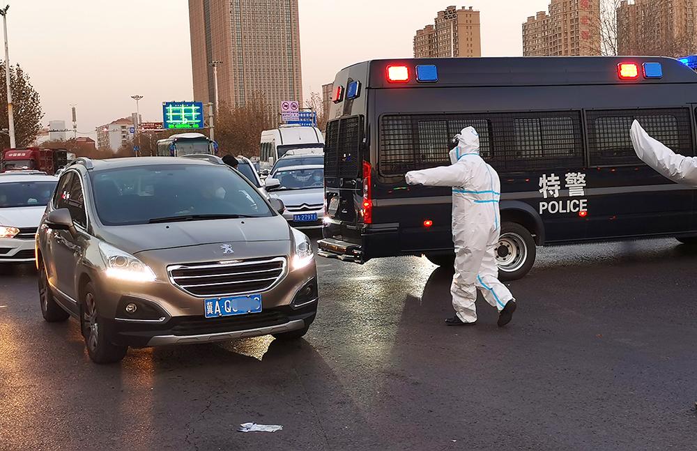 1月6日早晨,石家庄高速公路出口,防疫人员对过往车辆及驾乘人员进行检查,交警在现场疏导交通。本文图片均为人民视觉、河北长城网、澎湃影像