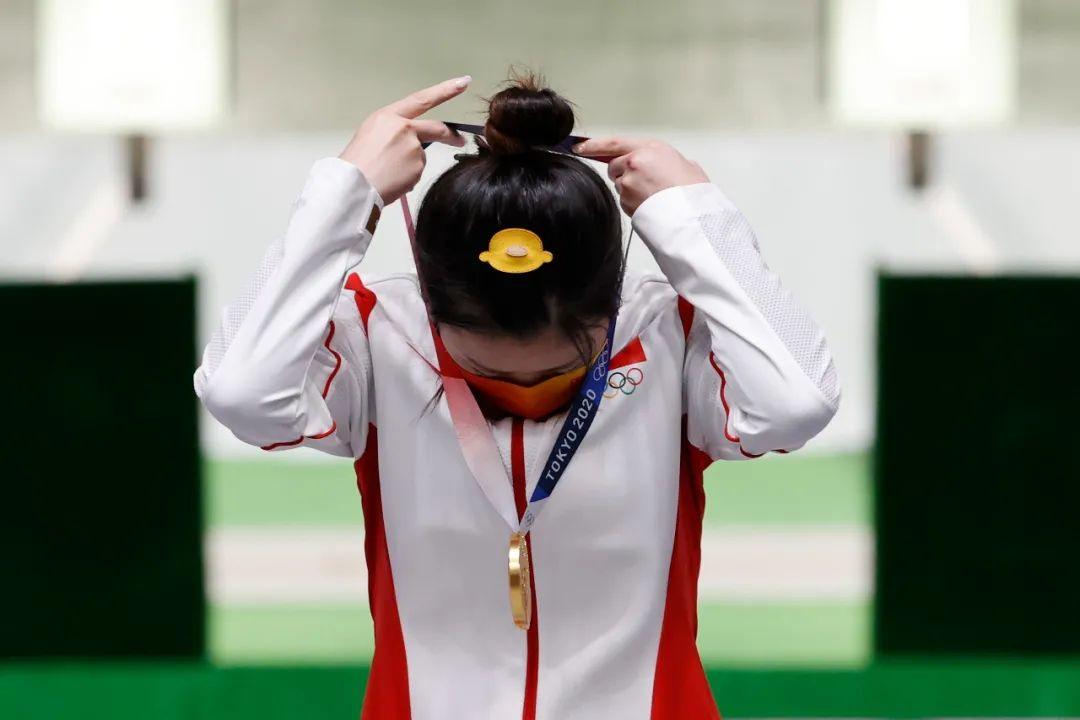 杨倩称,在两次决赛中头戴的小黄鸭发夹是自己的幸运物。| IC Photo