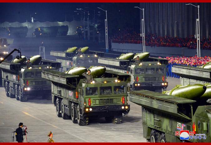 朝鲜去年10月展示的近程弹道导弹采用4轴发射车。
