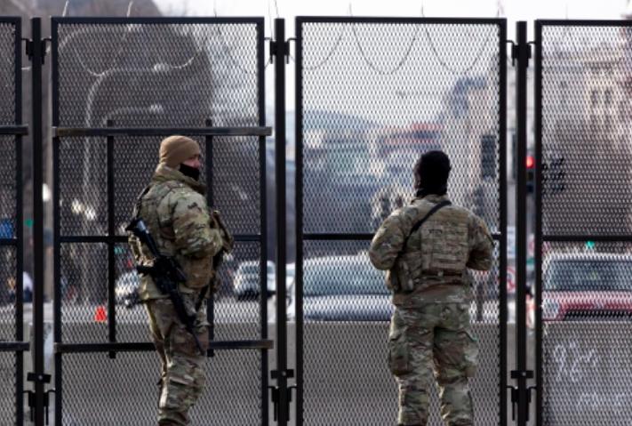 美國超400人在國會大廈前示威:有人拿刀有人持槍 4人已被捕