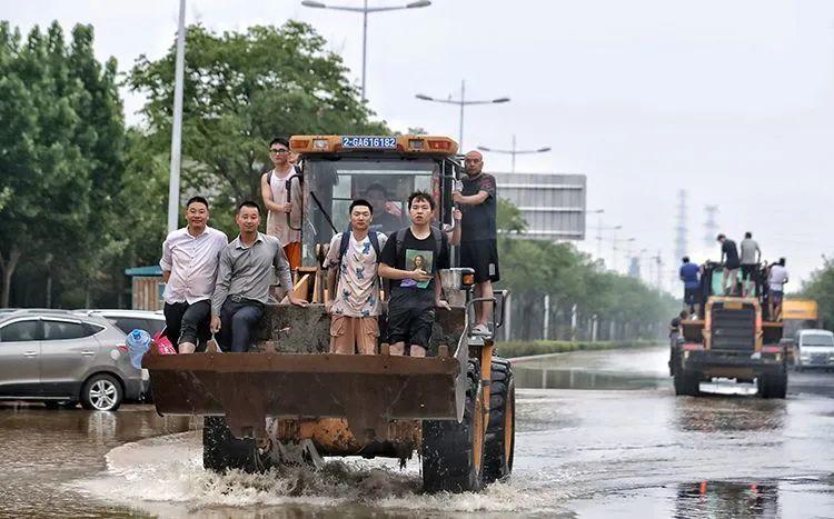 ▲中原科技学院学生被困一天多,步行十多个小时后,被挖掘机转移至安全区域。