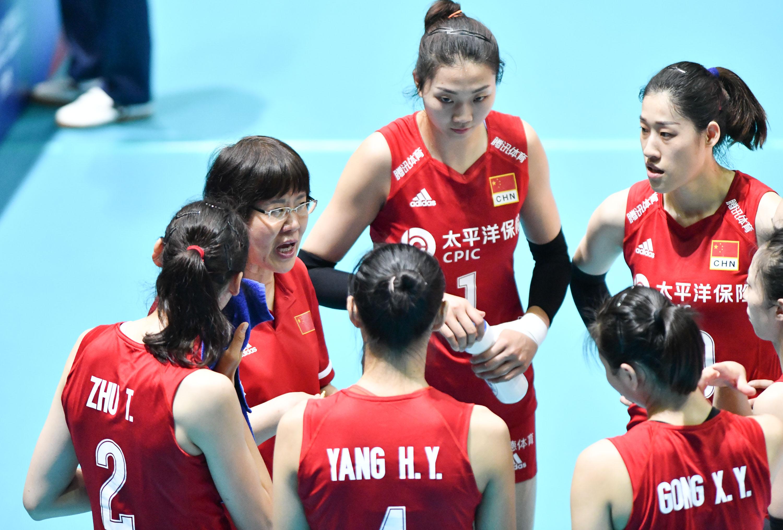 队员们围绕在郎平教练身边。