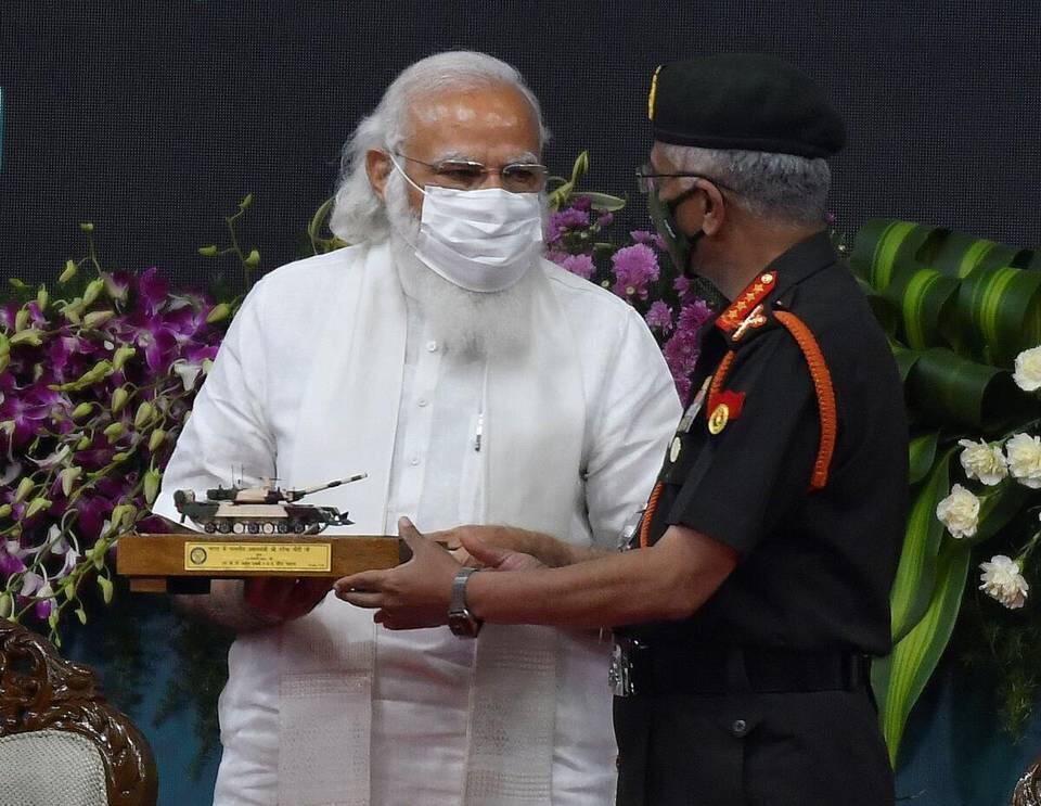 """莫迪将""""阿琼Mk-1A""""坦克模型交给印度陆军参谋长纳拉万"""