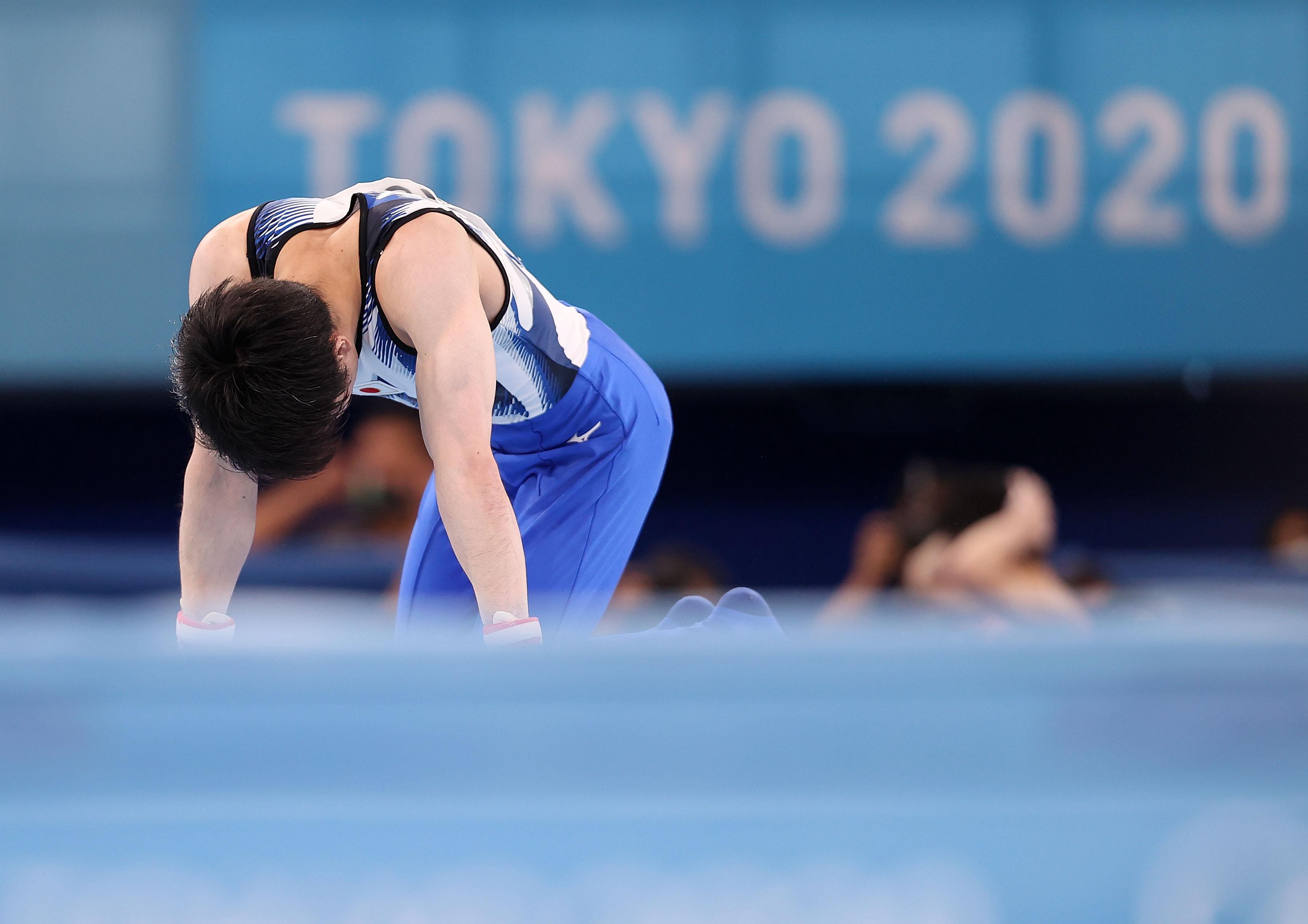 日本选手内村航平在比赛中失误。新华社记者曹灿摄