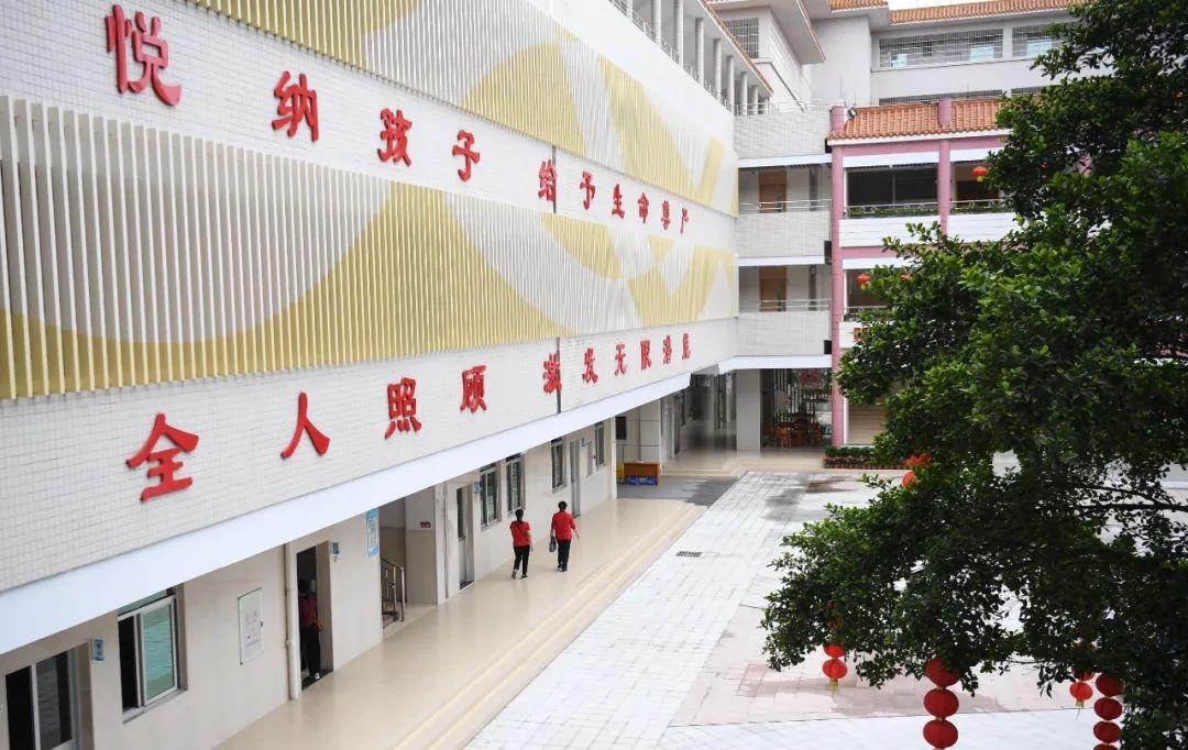 这是广东茂名市社会福利中心内的标语(4月27日摄)。
