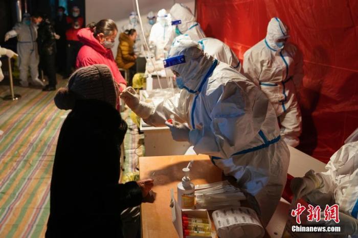资料图:工作人员为社区居民做核酸检测。中新社记者 吕品 摄