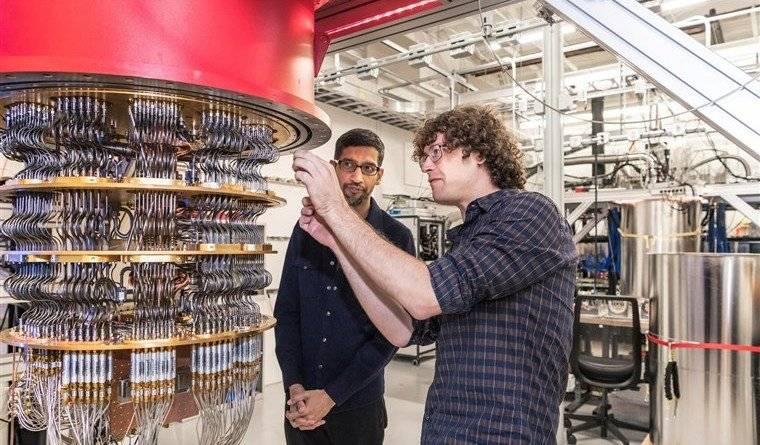 谷歌2019年公开的量子计算机Sycamore,左边人为CEO皮蔡