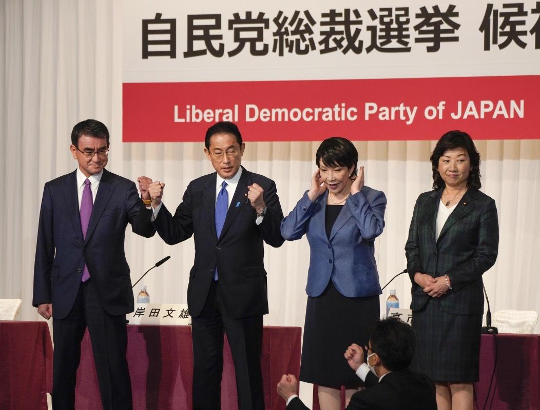 9月17日,在日本东京,日本自民党总裁选举候选人河野太郎、岸田文雄、高市早苗和野田圣子(从左至右)在竞选演讲之后的记者会上合影。 新华社 图