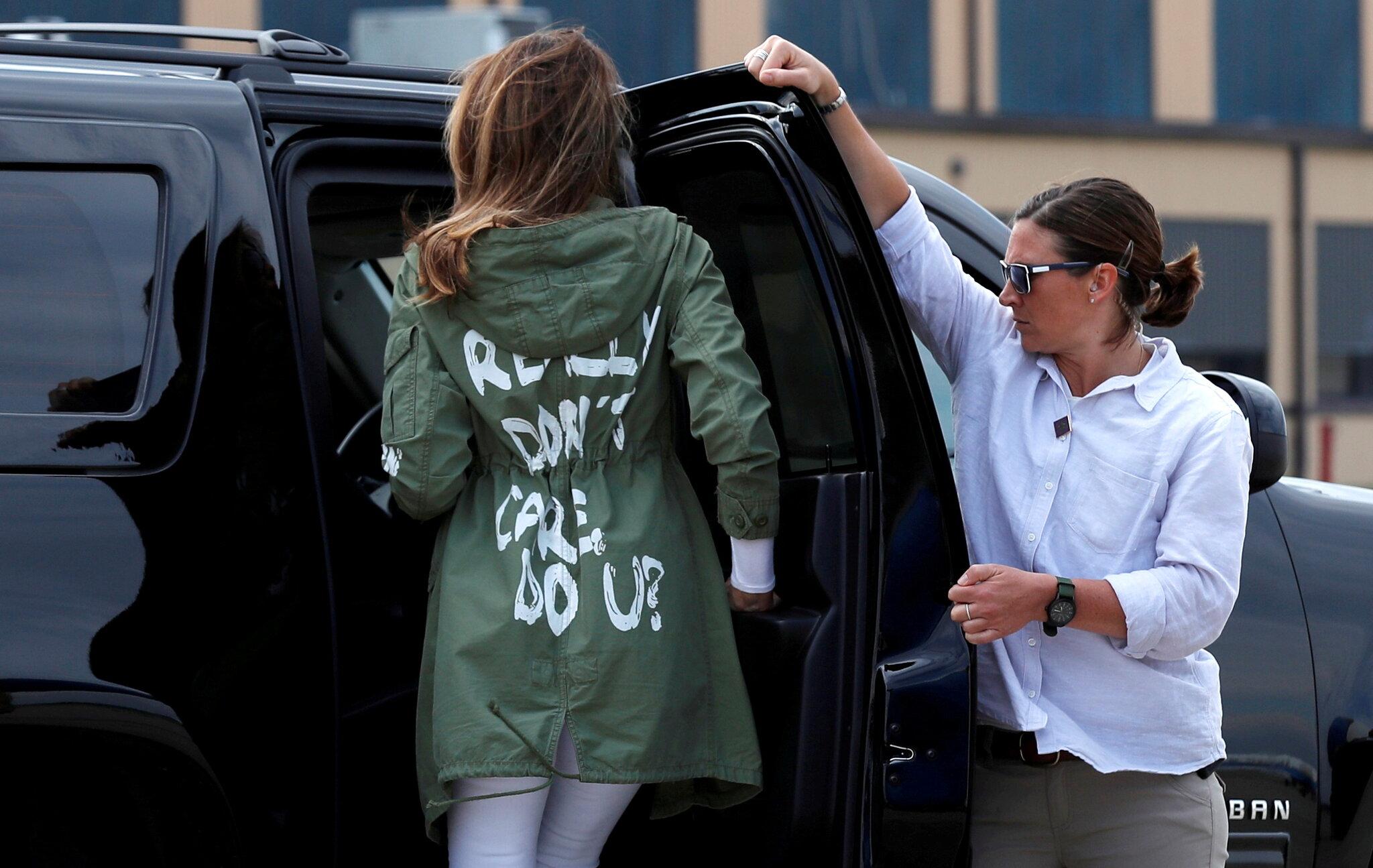 """梅拉尼娅的外套印有""""我真的不在乎,你呢?""""字样"""