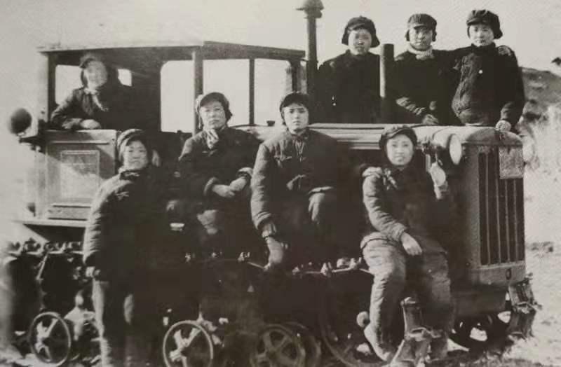 人民币上的第一代女拖拉机手:开荒时后面跟着狼