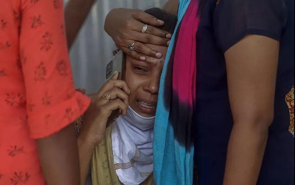 印度孟买,新冠患者家属在医院外(资料图)