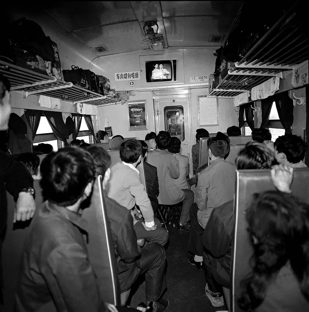 40年前的春运火车 有人围桌打麻将,有人当场生孩子 最新热点 第36张