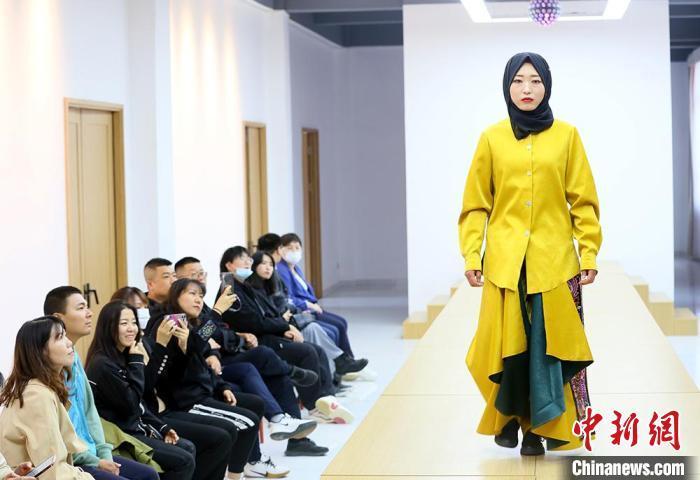 """""""东乡刺绣""""源于甘肃东乡族自治县,是有着千年传承的非物质文化遗产。 高展 摄"""