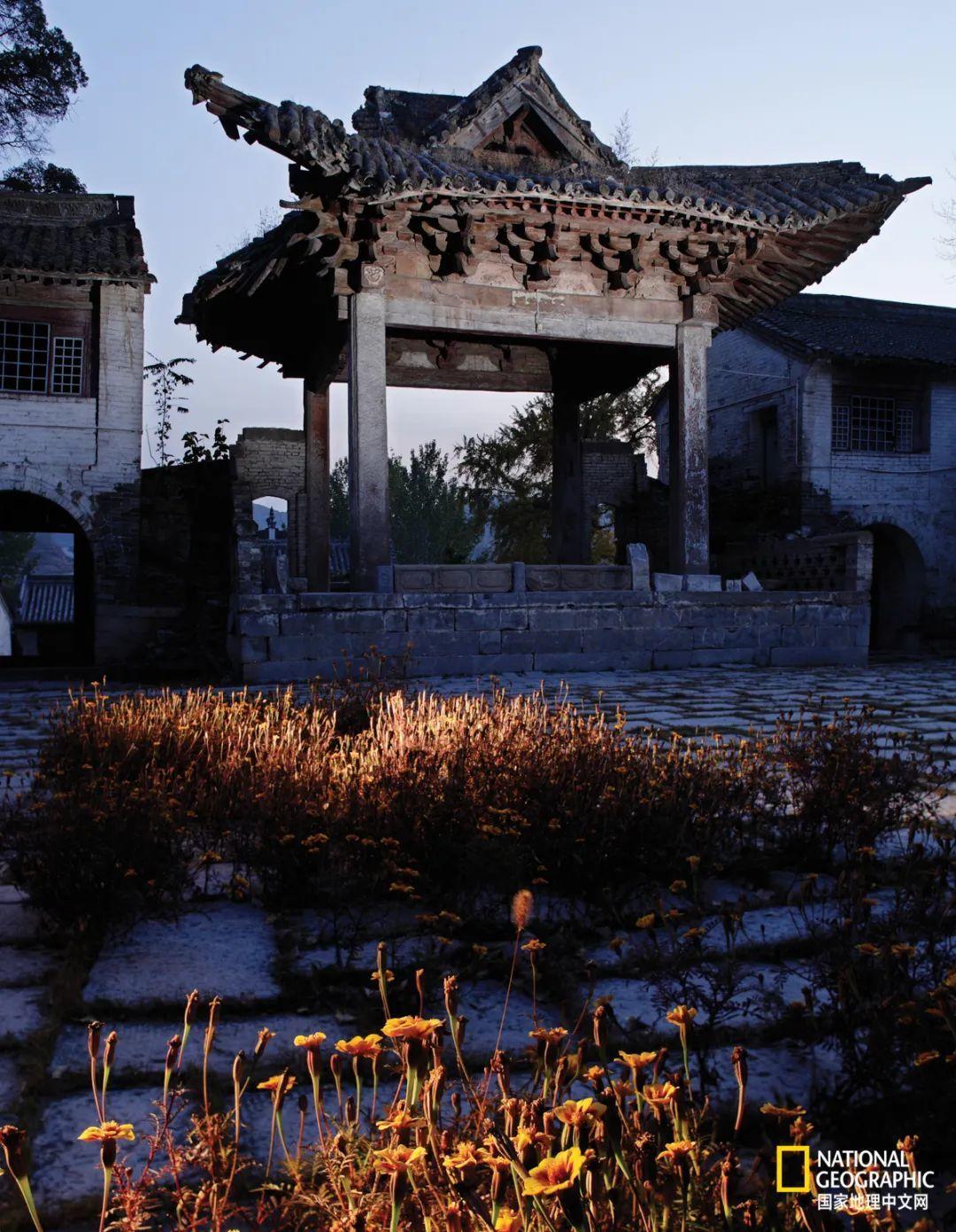 """戏剧表演从露天戏台移入建有屋顶的""""舞亭"""",是宋、金时期中国古代戏剧发展的一个重要里程碑。泽州县冶底村岱庙的这座亭榭式的""""舞楼"""",虽然其主要构架建于元代,但基本形制还保留着宋、金时期""""舞亭""""风格。 摄影:赵钢"""