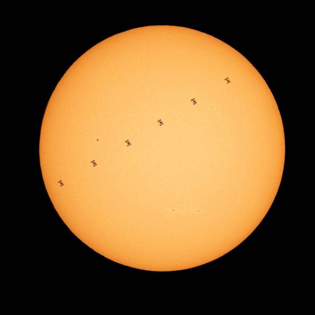2021年4月24日讯,NASA当地时间4月23日公布国际空间站以大约每秒5英里(合约8.04672千米)的速度在太阳前绕过。