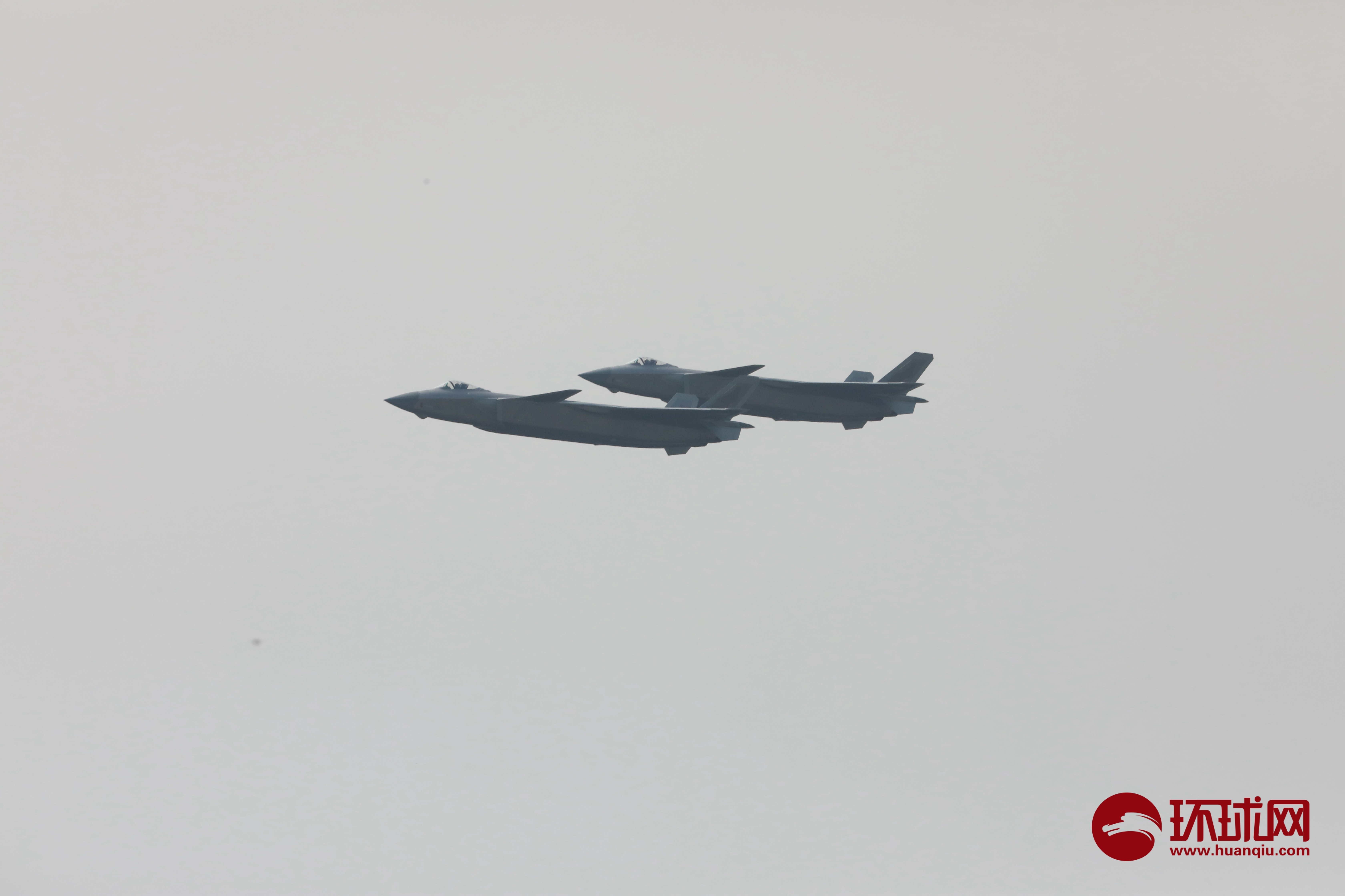 【环球网报道】9月28日,第十三届中国航展开幕,中国空军歼20战机到场献技。首先两架歼20编队以100米超低空掠过,时速750公里,随后一机爬升脱离编队,另一架水平机动转向,以300米半径盘旋,展示出色的机动性。