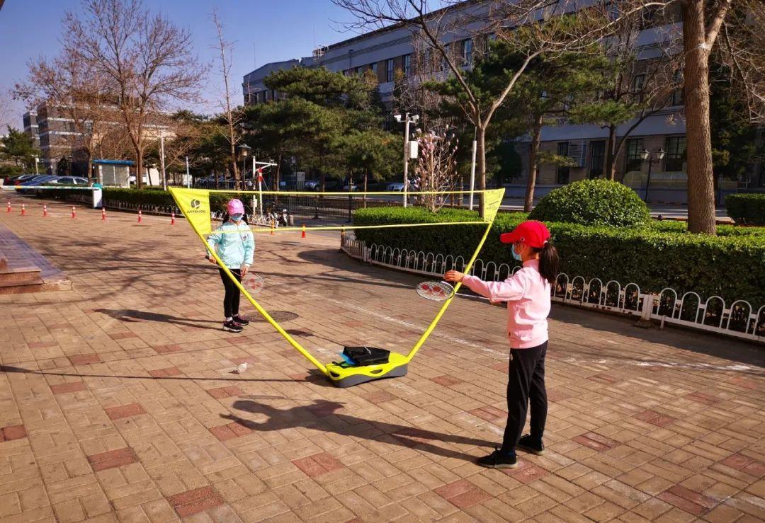 (北京家长付先生在小区组织的LITE活动。)