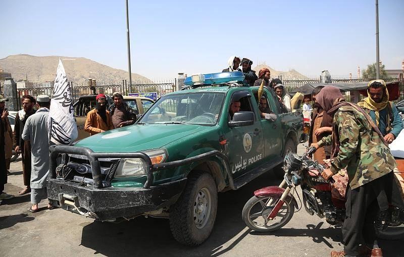 当地时间2021年8月16日,阿富汗喀布尔,塔利班官兵进入喀布尔后在街道巡逻。图片:CFP
