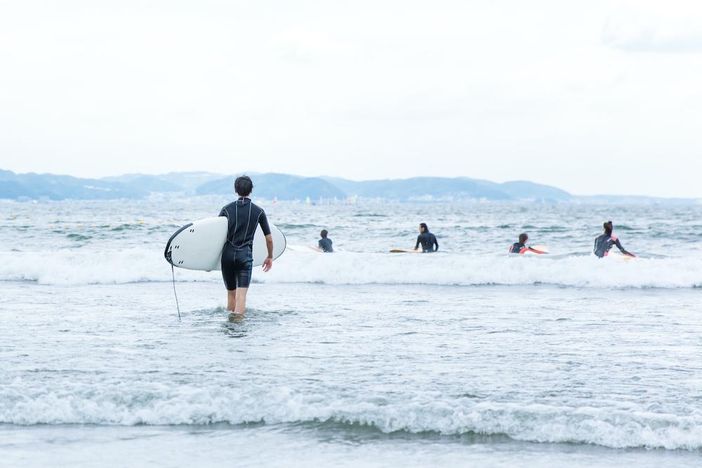 日本神奈川县镰仓湘南海岸,很多冲浪爱好者在冲浪。 视觉中国 图