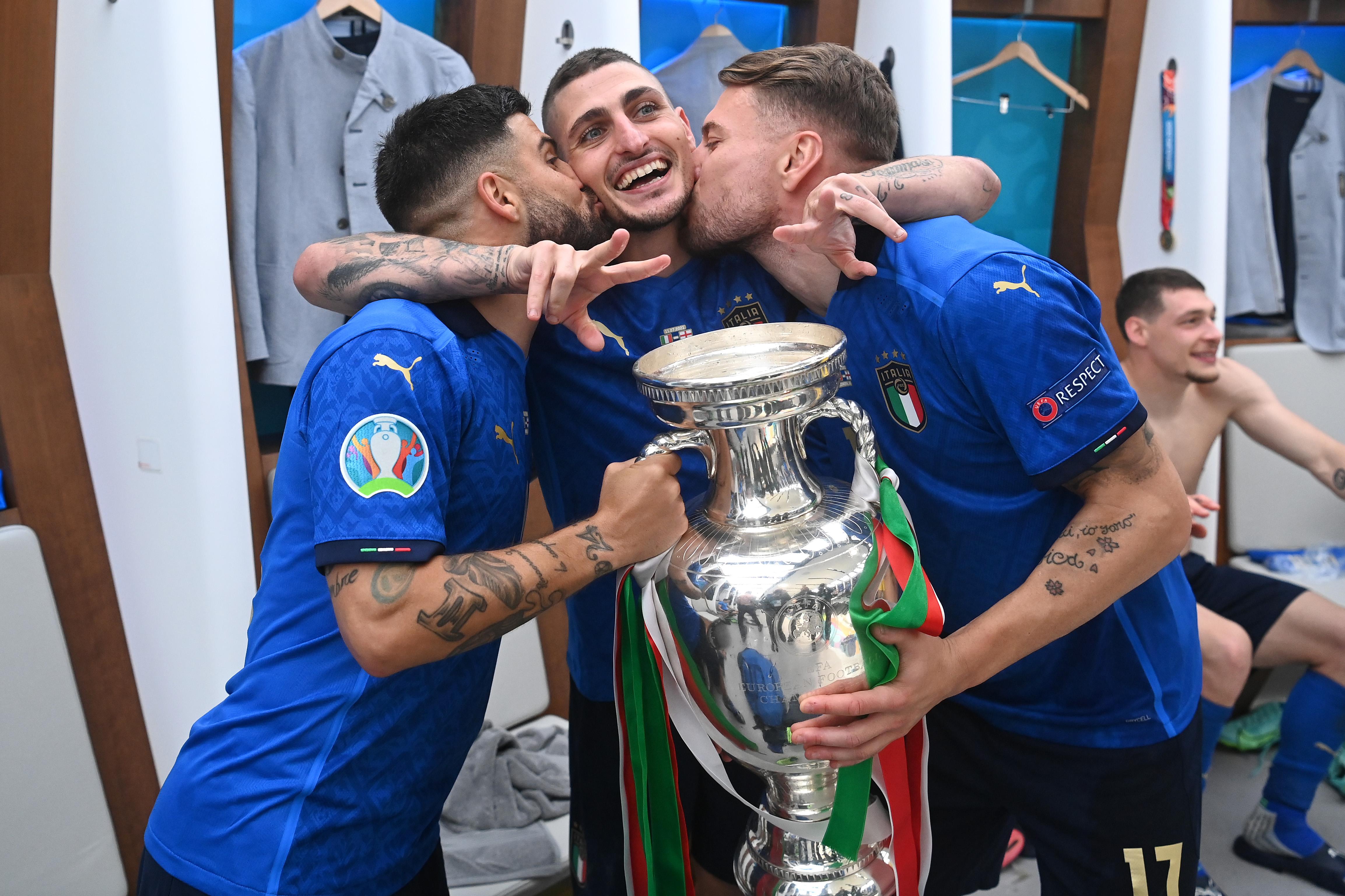 意大利球员互相亲吻。