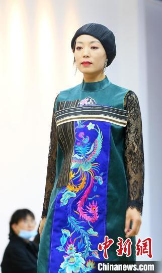 前沿时尚艺术正在赋予非遗文化新的生命力。 高展 摄