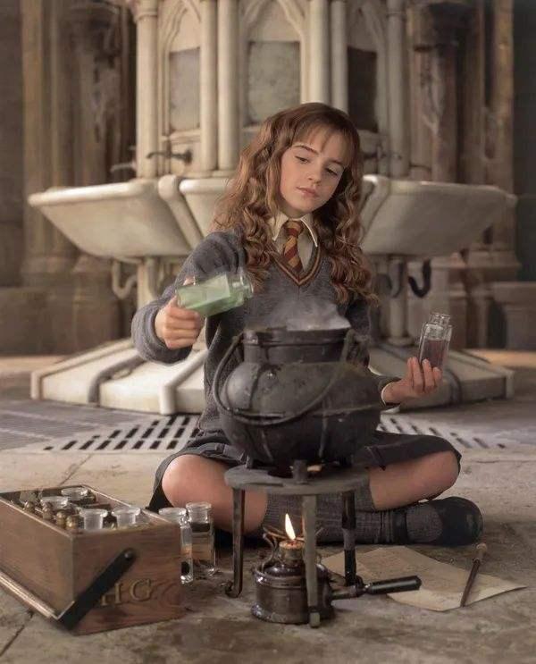 正在炼药的赫敏/《哈利·波特与魔法石》电影截图