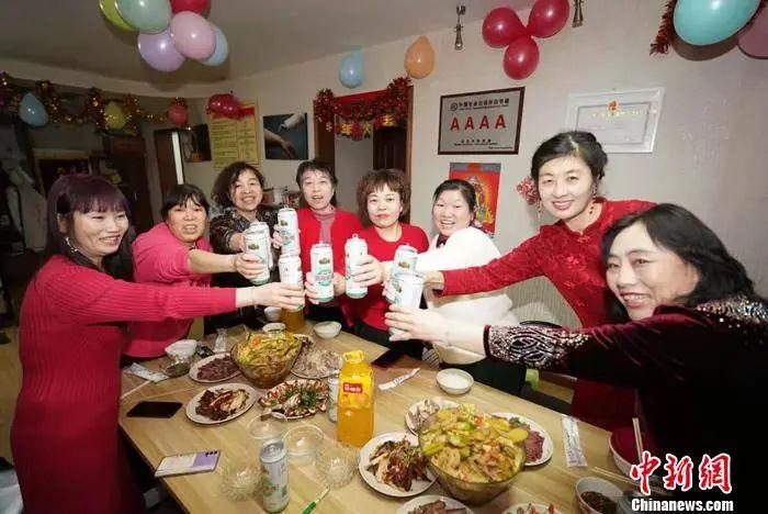 梦雨(右二)跟家政工姐妹们一起在北京过年。受访者供图。