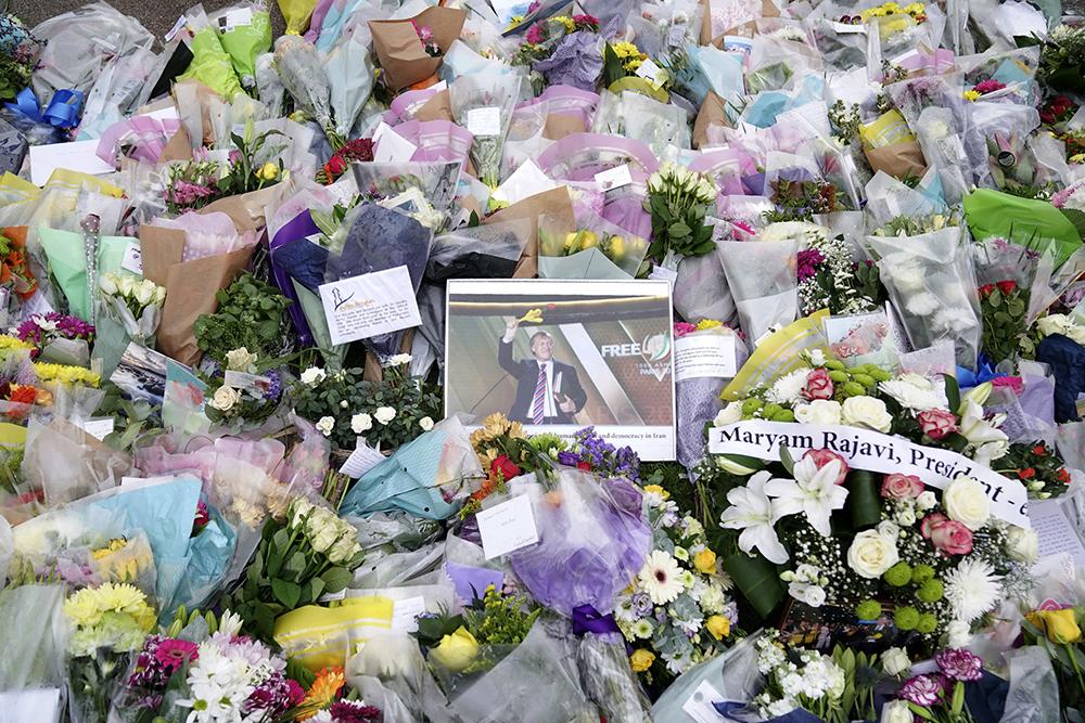 当地时间2021年10月17日,英国埃塞克斯郡,市民为英国议员埃默斯爵士献上鲜花。人民视觉 图