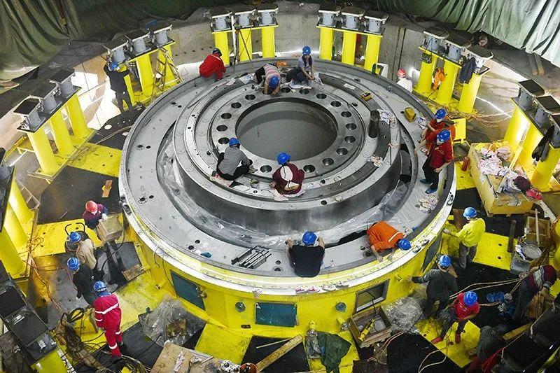 2021年4月25日,工人在白鹤滩水电站的地下厂房安装设备。图|IC photo