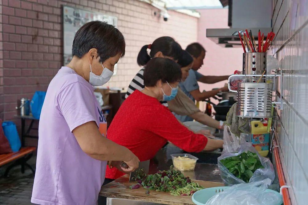 9月9日,患者家属在沈姐爱心共享厨房里切菜。新华每日电讯记者林光耀摄