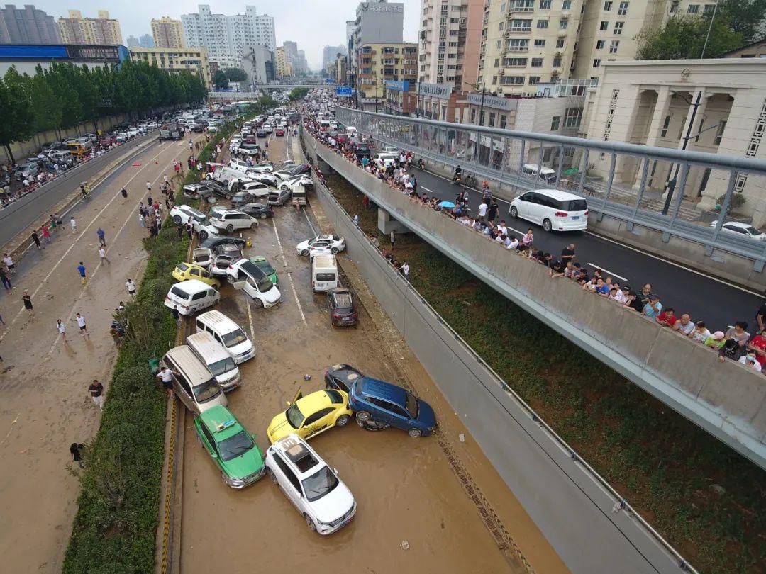 ▲ 京广路隧道里被遗弃的汽车。