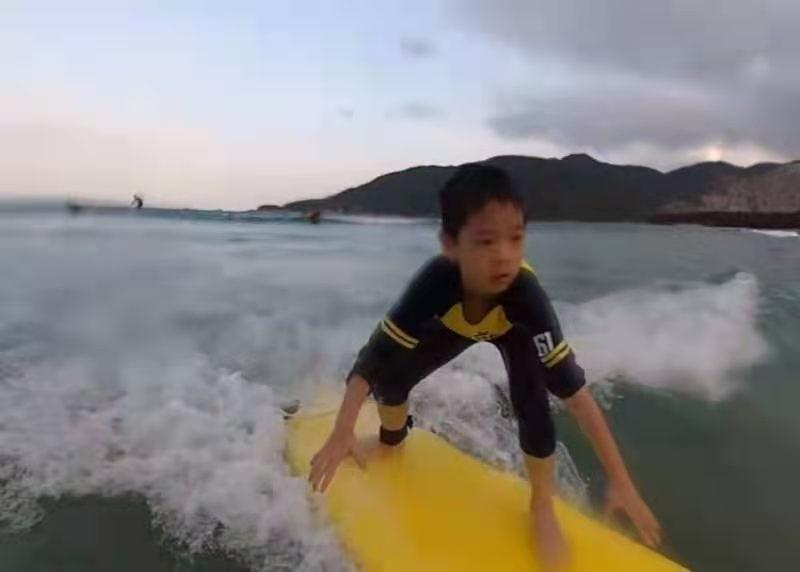 """嗯哼冲浪掉海里好惊险暖心捡起玻璃渣被赞""""讲文雅"""""""