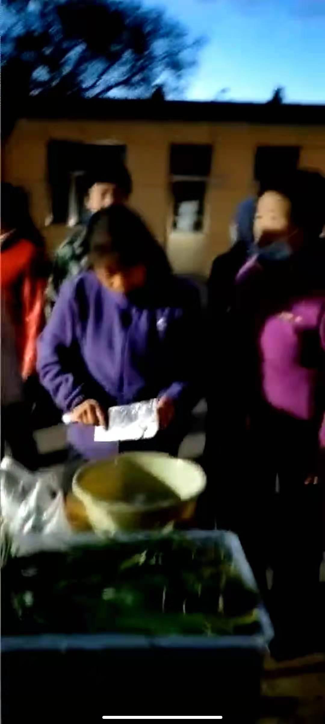 5月22日晚,常生村村民正在村委会给被救选手做饭。受访者供图